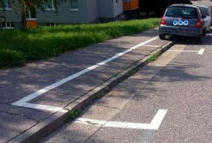 Správne označené miesto pre parkovanie vozidiel na chodníku