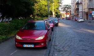 Parkovanie na Námestí slobody v Bratislave, pri budove STU